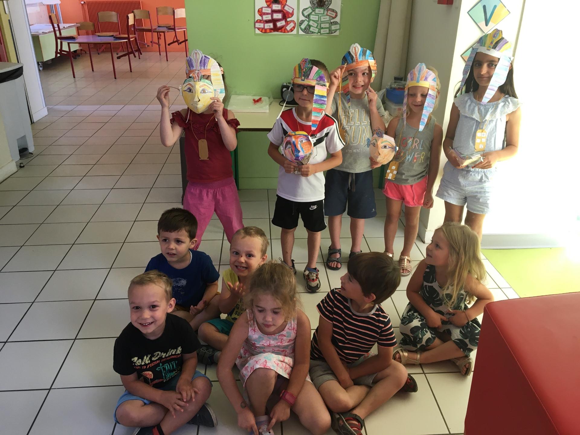 Groupe d'enfants ayant fabriqué des masques au Centre de Loisirs