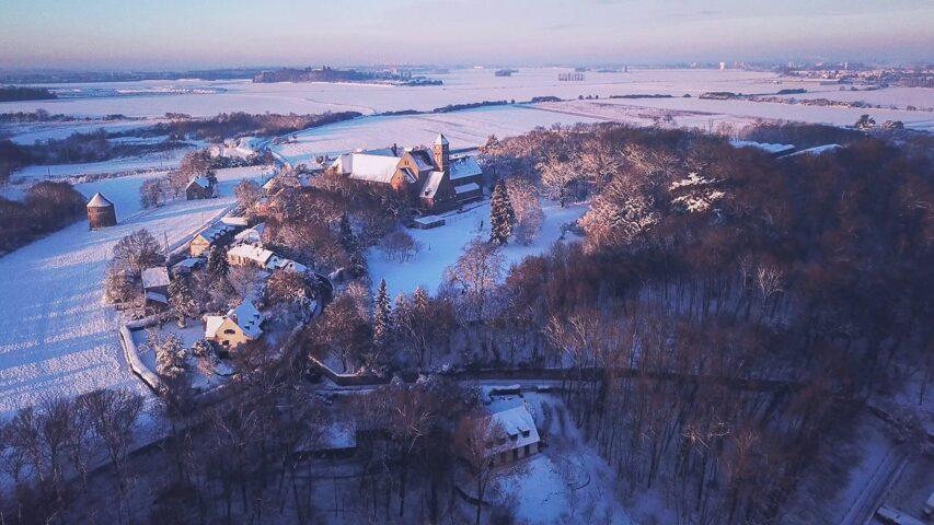 Vue aérienne - abbaye sous la neige