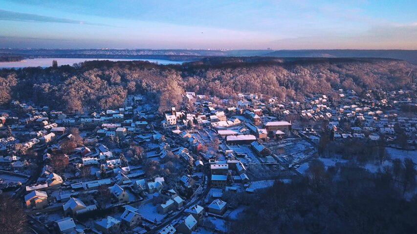 Vue aérienne - village sous la neige