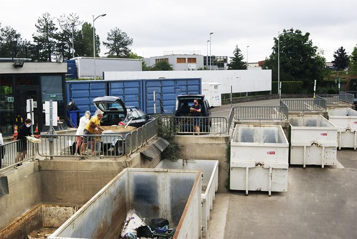 Dépôt des déchets à la déchèterie de Villejust