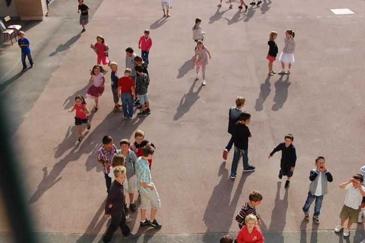 Enfants jouant dans la cour de l'école sur le temps du midi