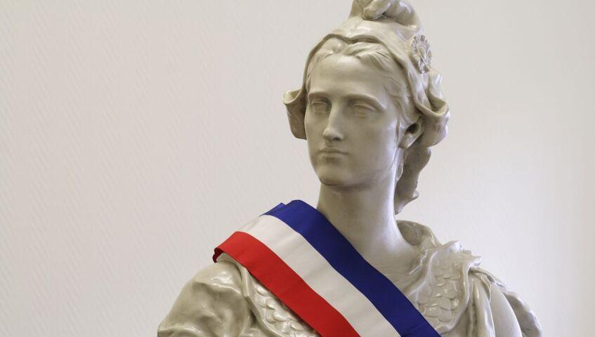 Statue de Marianne républicaine portant écharpe d'élu local
