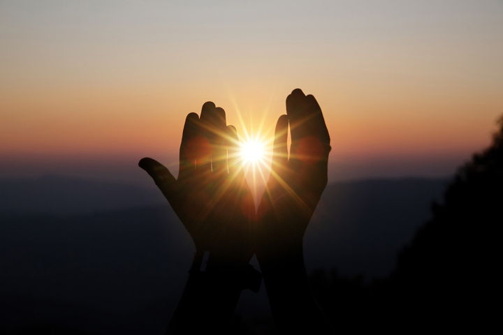 Mains levées vers le soleil