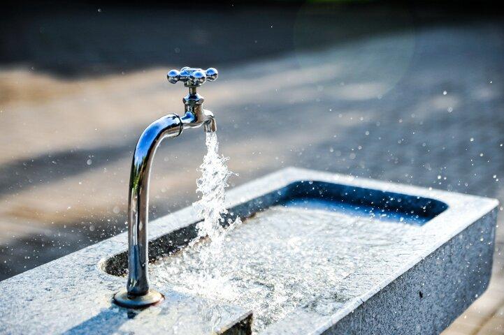 Robinet d'eau potable ouvert